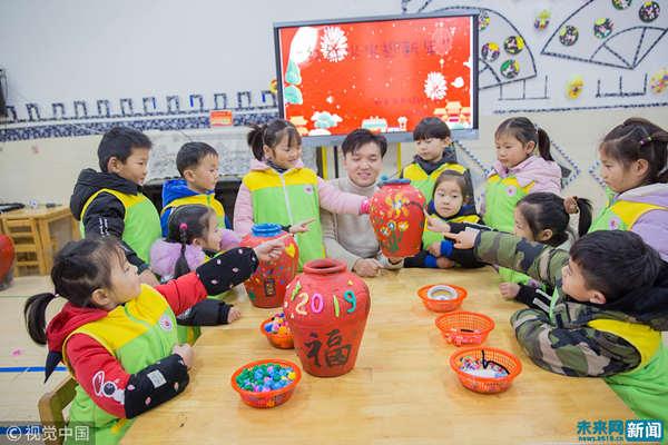 江苏南通儿童手工课迎新年.(图片来源视觉中国)