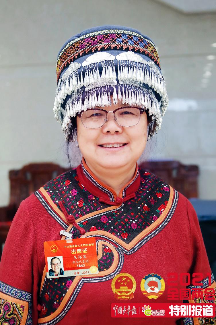 """升学教育: 在大山坚守37年的她,把乡村孩子的""""足球梦""""带上两会"""